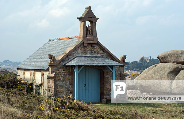 Kapelle St. Guirec zwischen Felsen  Wanderweg Sentier des Douaniers  Ploumanac'h  Cote de Granit Rose  Bretagne  Frankreich  Europa
