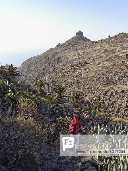 Roque del Sombrero  Frau auf Wanderweg in Barranco de la Guancha  La Gomera  Kanarische Inseln  Kanaren  Spanien  Europa