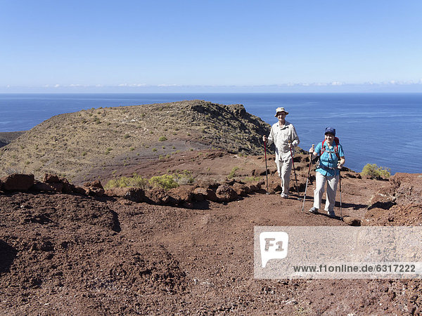 Wanderer am Sendero Quise  AlajerÛ  La Gomera  Kanarische Inseln  Kanaren  Spanien  Europa
