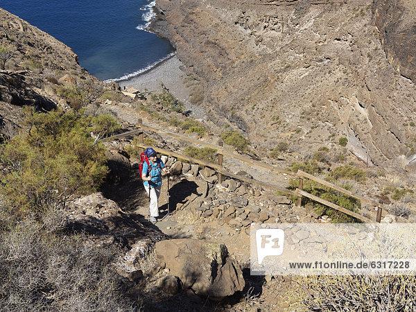 Wanderin auf Sendero Quise  unten La Cantera  AlajerÛ  La Gomera  Kanarische Inseln  Kanaren  Spanien  Europa