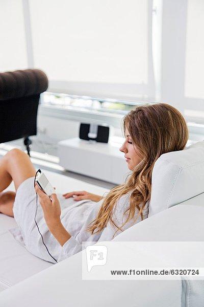 Frau  zuhören  Couch  Musik  blond  hübsch