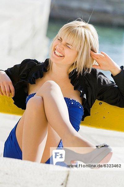 Frau  lachen  Zeit  blau  jung  Kleid