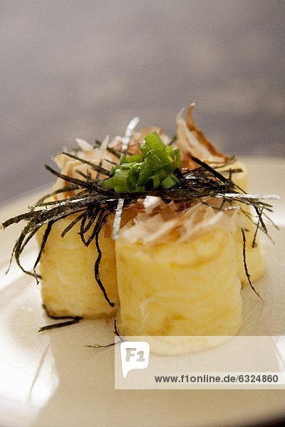 Japanischer Tofu mit Seetang und Frühlingszwiebeln