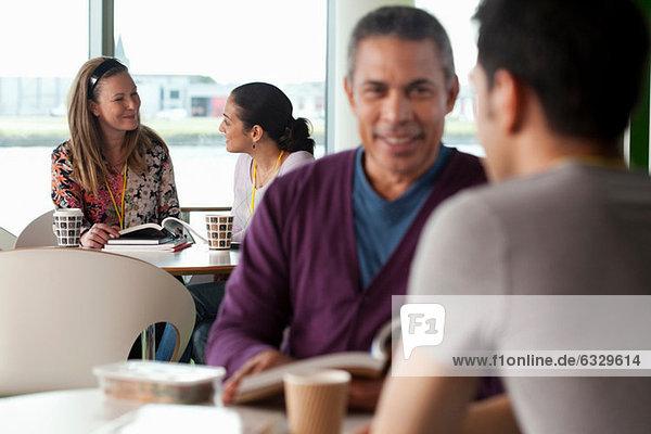 Leute  die sich im Cafe unterhalten.