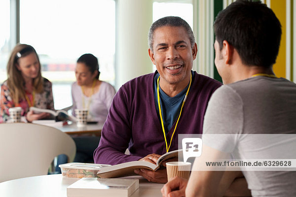 Männer im Café mit Büchern