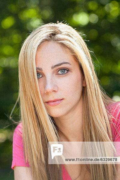 Porträt einer jungen Frau mit blonden Haaren