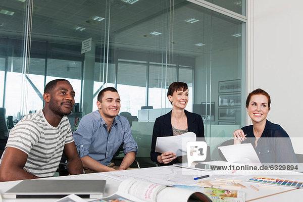 Planung der Kollegen während des Kreativmeetings