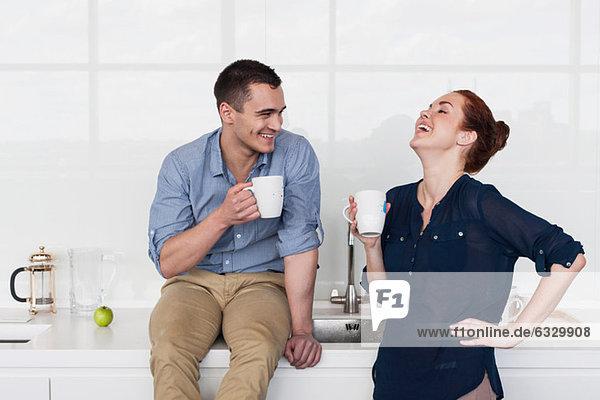 Kollegen lachen in der Küche