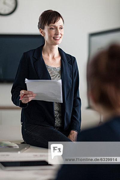 Frau präsentiert in der Sitzung