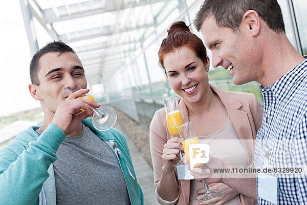 Kollegen trinken Orangensaft