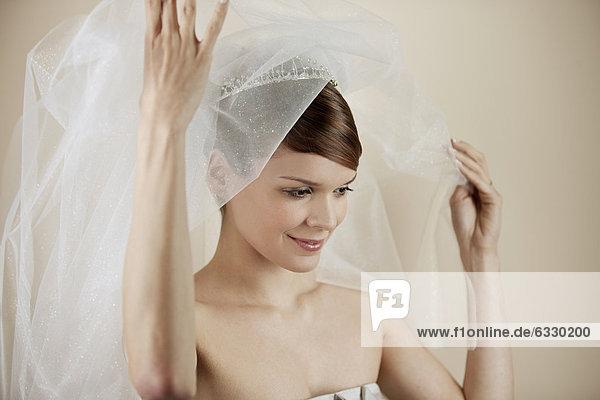 Braut  lächeln  jung  bedecken  Schleier