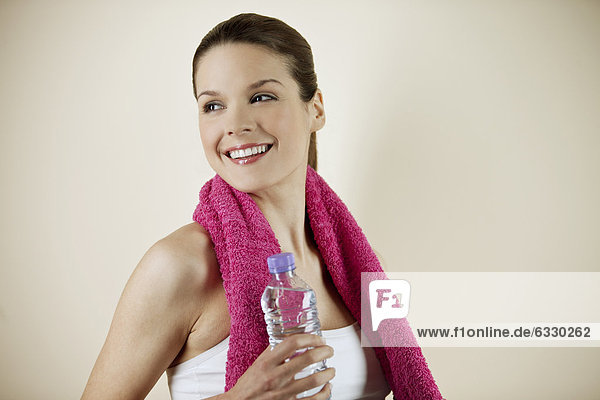 Wasser  Frau  Handtuch  halten  pink  jung  Flasche