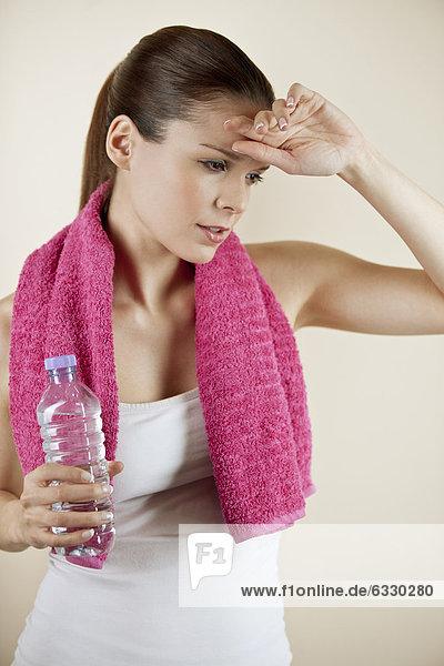 Wasser  Handtuch  halten  Flasche