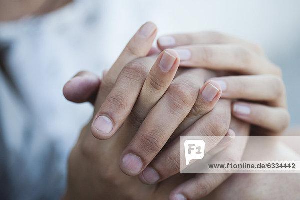 Paar hält sich an den Händen  abgeschnitten