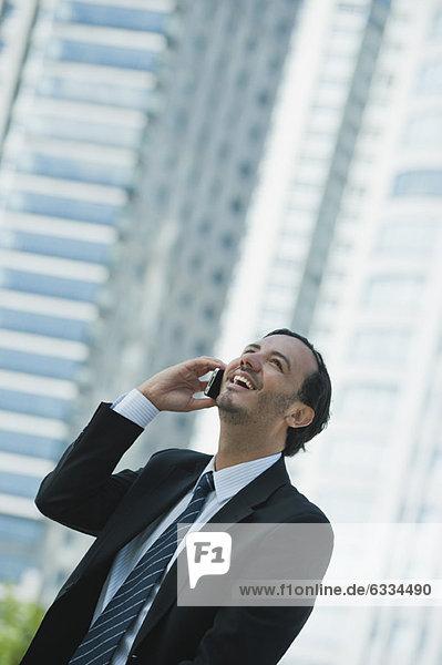 Geschäftsmann mit Handy im Freien