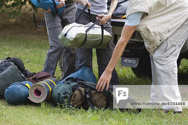 Camper beim Entladen von Campingausrüstung  niedrige Sektion