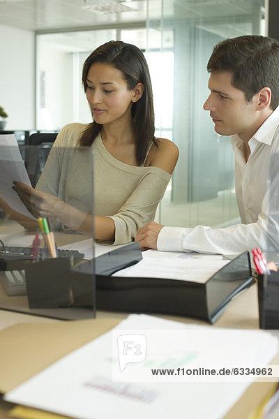 Geschäftsfreunde  die gemeinsam im Büro arbeiten