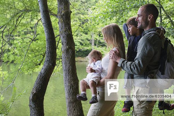Familie im Wald mit Blick auf den Fluss