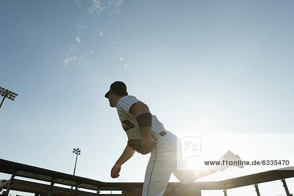 Baseball Pitcher Wurfplatz  hinterleuchtet