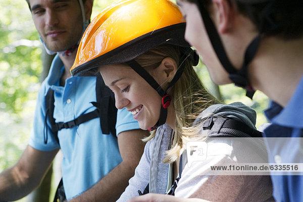 Radfahrer  die zusammen rumhängen  konzentrieren sich auf die Frau.
