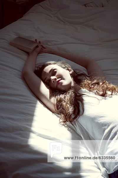 Mid-Erwachsene Frau schläft auf dem Bett