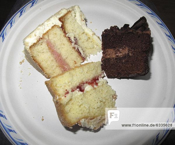 Kuchenscheiben auf Pappteller