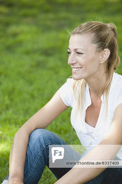 Außenaufnahme  Frau  Entspannung  reifer Erwachsene  reife Erwachsene  freie Natur Außenaufnahme ,Frau ,Entspannung ,reifer Erwachsene, reife Erwachsene ,freie Natur