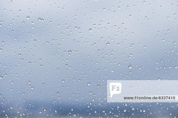 Regentropfen auf Fenster  Nahaufnahme