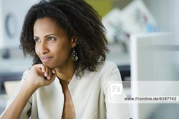 sitzend  Geschäftsfrau  Schreibtisch  denken