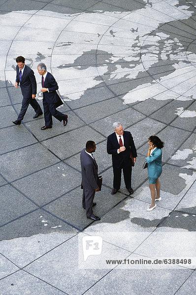 stehend  Wirtschaftsperson  Landkarte  Karte  Globus