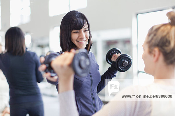 Trainer bei der Arbeit mit dem Kunden im Fitnessstudio