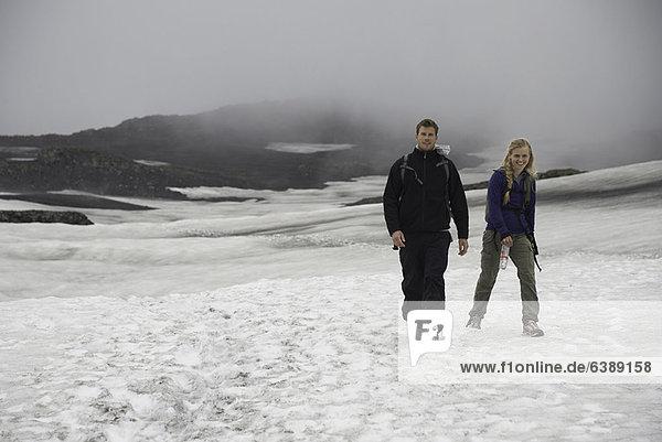 Wanderer beim Wandern in verschneiter Landschaft