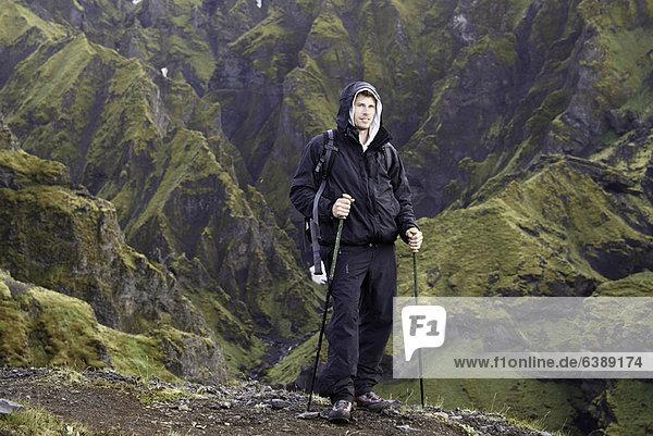 Wanderer auf felsigem Hang stehend