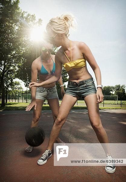 Teenager-Mädchen spielen Basketball