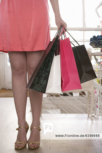 Frau mit Einkaufstaschen im Geschäft