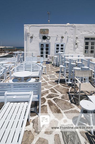 Leere Terrasse eines griechischen Restaurants  Taverne  Mykonos  Kykladen  Griechenland  Europa