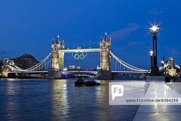 Tower Bridge mit olympischen Ringen  London  England  Großbritannien  Europa