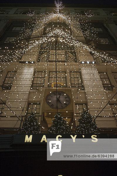 Kaufhaus MACY'S mit Weihnachtsbeleuchtung  New York  Vereinigte Staaten von Amerika  ÖffentlicherGrund