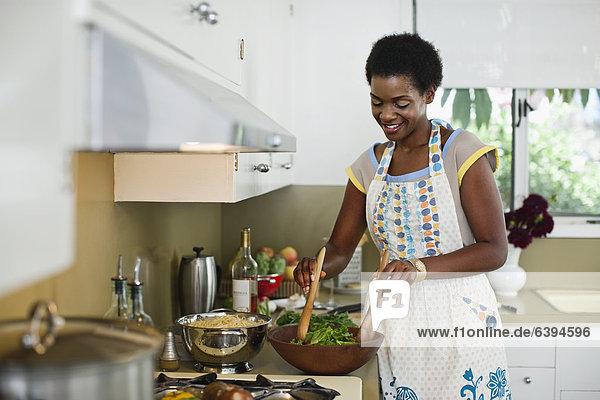 Frau Küche Salat mischen amerikanisch