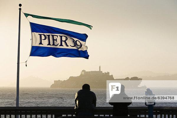 Blick vom Pier 39  Fisherman's Wharf  auf die ehemalige Gefängnisinsel Alcatraz  San Francisco  Kalifornien  USA  Nordamerika