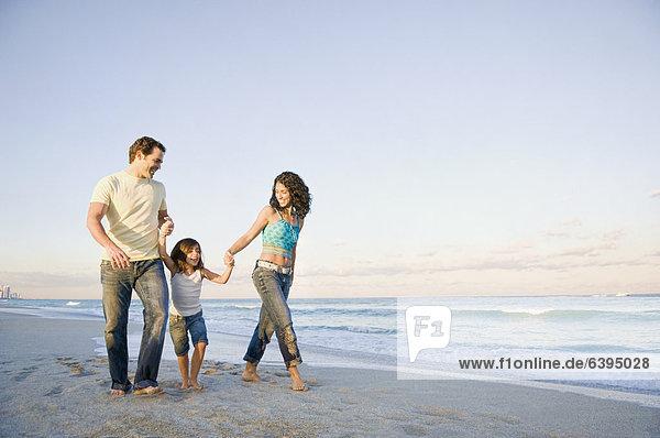 Familie Wandern am Strand