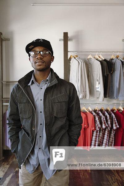 stehend  Mann  Kleidung  Laden  amerikanisch