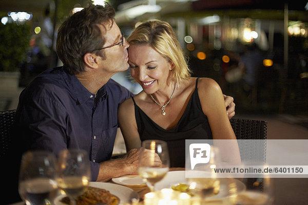 Europäer  Ehefrau  küssen  Restaurant  Ehemann