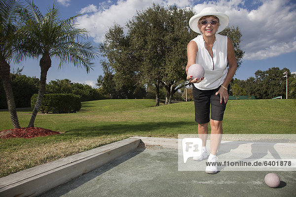 Senior  Senioren  Europäer  Frau  Ball Spielzeug  Boccia  spielen