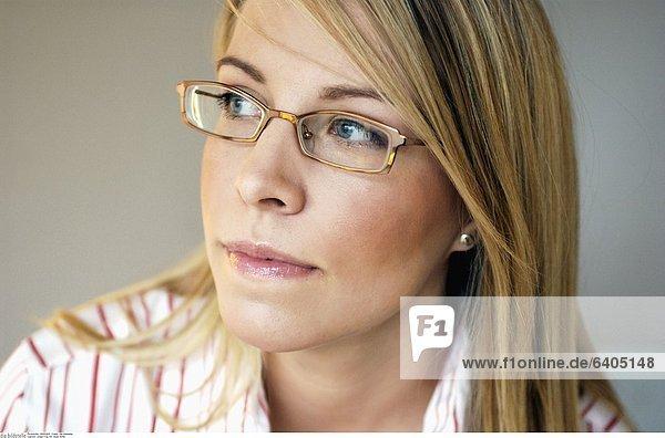 Junge Frau mit neuer Brille