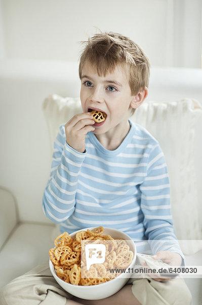 Form Formen sehen Junge - Person Mittagspause Pause Fernsehen essen essend isst rad