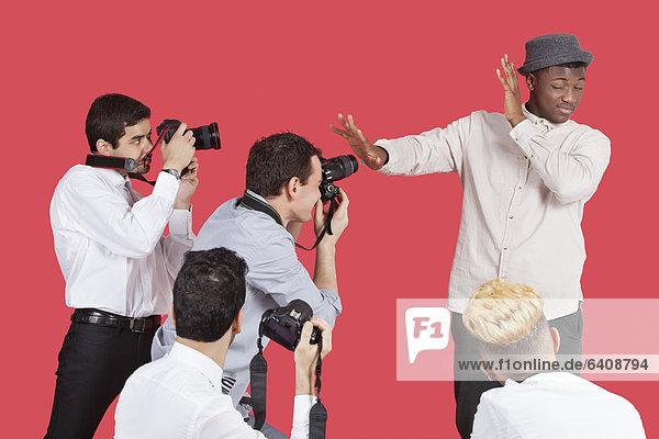 über  abschirmen  Wahrzeichen  Hintergrund  rot  Fotograf  jung
