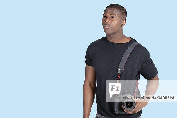 hoch  oben  Mann  sehen  über  Hintergrund  blau  amerikanisch  Blick in die Kamera  jung