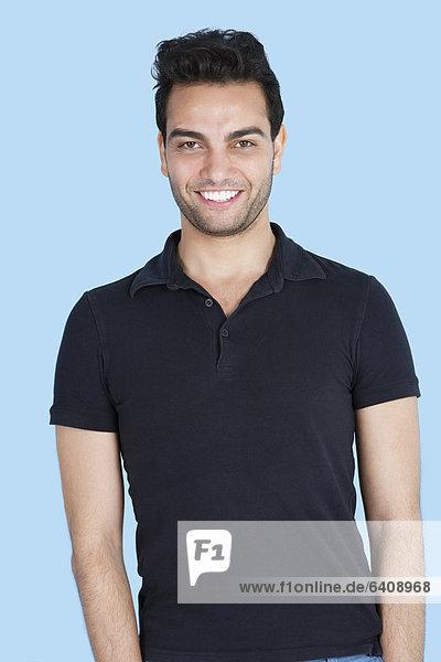 Portrait  Mann  lächeln  über  Hintergrund  blau  Attraktivität
