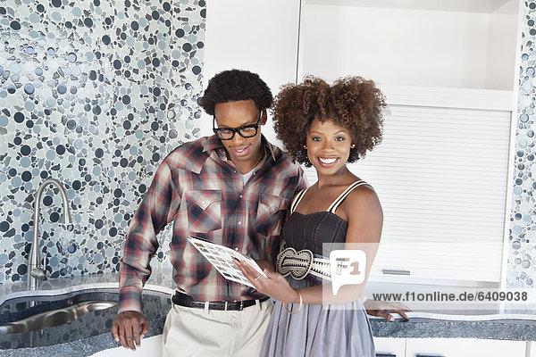 Farbaufnahme Farbe Portrait Küche amerikanisch jung Stoff neu